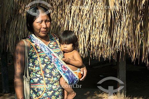 Mulher e criança na Aldeia Moikarakô - Terra Indígena Kayapó  - São Félix do Xingu - Pará (PA) - Brasil