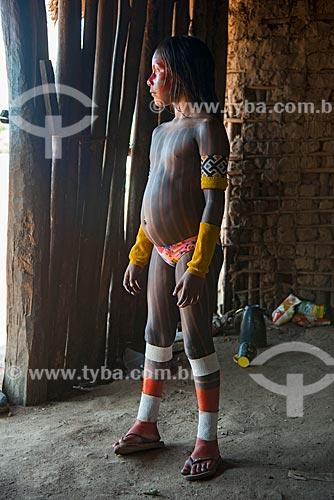 Menina com pintura corporal na Aldeia Moikarakô - Terra Indígena Kayapó  - São Félix do Xingu - Pará (PA) - Brasil