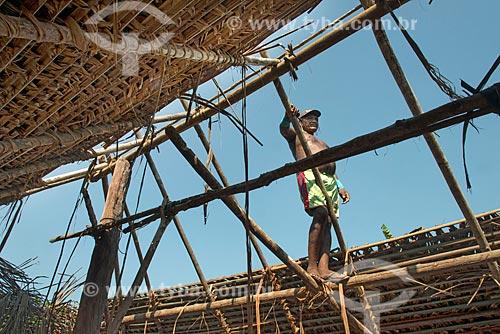 Homem colocando sapé em oca na Aldeia Moikarakô - Terra Indígena Kayapó  - São Félix do Xingu - Pará (PA) - Brasil
