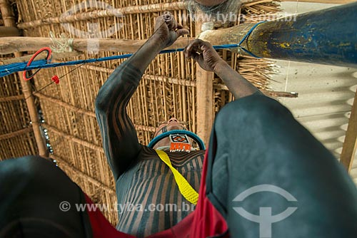 Cacique Caiapó fazendo artesanato na Aldeia Moikarakô - Terra Indígena Kayapó  - São Félix do Xingu - Pará (PA) - Brasil