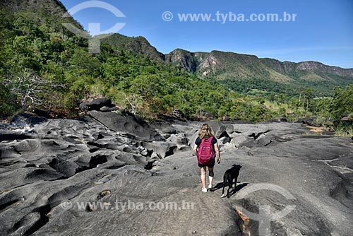 Turista caminhando no Vale da lua - Parque Nacional da Chapada dos Veadeiros  - Alto Paraíso de Goiás - Goiás (GO) - Brasil