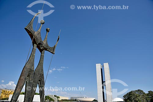 Praça dos Três Poderes com a escultura Os Guerreiros - também conhecida como Os Candangos - e o Congresso Nacional ao fundo  - Brasília - Distrito Federal (DF) - Brasil