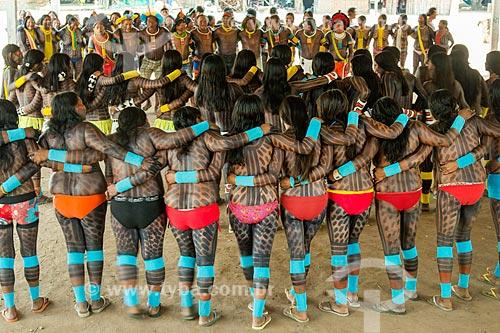 Índias dançando à Maniaka Murasi - também conhecida como dança da mandioca - na Aldeia Moikarakô - Terra Indígena Kayapó  - São Félix do Xingu - Pará (PA) - Brasil