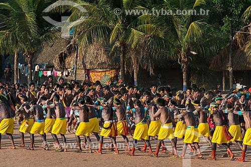 Índios dançando à Maniaka Murasi - também conhecida como dança da mandioca - na Aldeia Moikarakô - Terra Indígena Kayapó  - São Félix do Xingu - Pará (PA) - Brasil