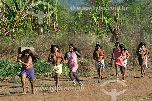 Corrida feminina de tora na Aldeia Moikarakô - Terra Indígena Kayapó  - São Félix do Xingu - Pará (PA) - Brasil