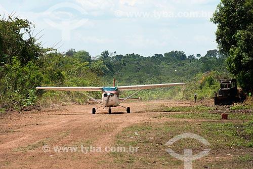 Avião aterrisando na Aldeia Moikarakô - Terra Indígena Kayapó  - São Félix do Xingu - Pará (PA) - Brasil