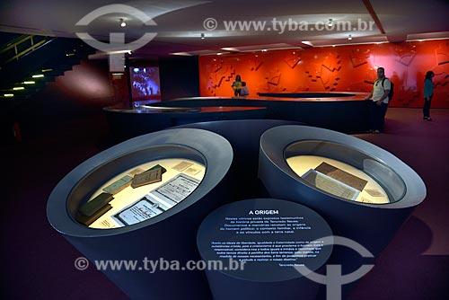 Interior do Panteão da Pátria e da Liberdade Tancredo Neves - Salão Vermelho com o Mural da Liberdade de Athos Bulcão ao fundo  - Brasília - Distrito Federal (DF) - Brasil