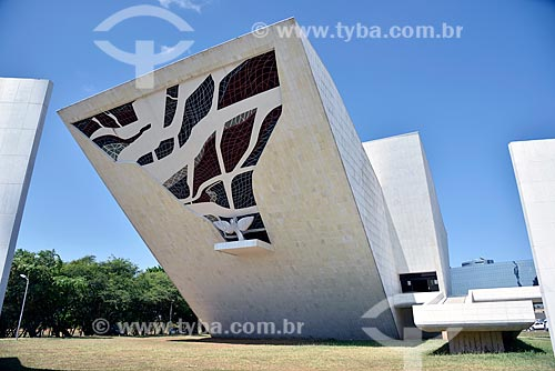 Vitral e escultura A Pomba de Marianne Peretti na fachada do Panteão da Pátria e da Liberdade Tancredo Neves  - Brasília - Distrito Federal (DF) - Brasil