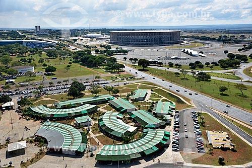 Vista geral da feira de artesanato da Torre de TV de Brasília com o Estádio Nacional de Brasília Mané Garrincha ao fundo  - Brasília - Distrito Federal (DF) - Brasil