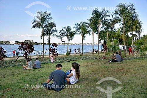 Pessoas no Pontão do Lago Sul às margens do Lago Paranoá  - Brasília - Distrito Federal (DF) - Brasil
