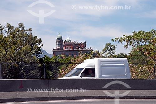Automóvel na Avenida Brasil com Castelo Mourisco (Sede da Fundação Oswaldo Cruz - FIOCRUZ) ao fundo  - Rio de Janeiro - Rio de Janeiro (RJ) - Brasil