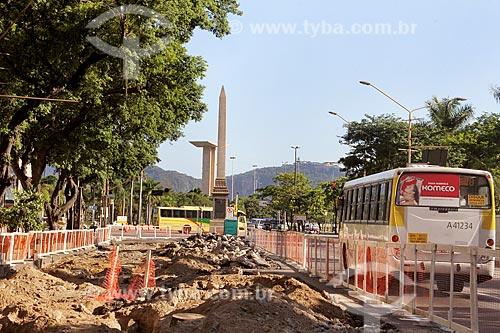 Obras para implantação do VLT (Veículo Leve Sobre Trilhos) na Avenida Rio Branco com o Obelisco da Avenida Rio Branco e o Monumento aos Pracinhas ao fundo  - Rio de Janeiro - Rio de Janeiro (RJ) - Brasil