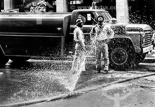 Bombeiro junto a mangueira de incêndio furada e caminhão dos Bombeiros na Avenida Almirante Barroso durante o incêndio do Edifício Andorinha  - Rio de Janeiro - Rio de Janeiro (RJ) - Brasil