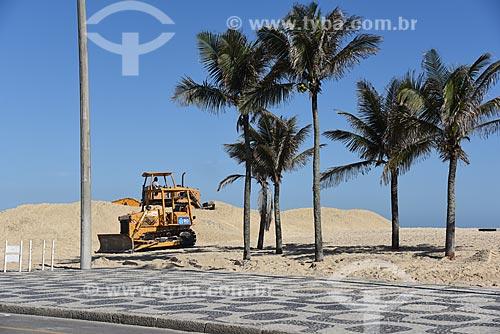 Carregadeiras desfazendo amontoado de areia levada pelo vento da Praia de Ipanema  - Rio de Janeiro - Rio de Janeiro (RJ) - Brasil