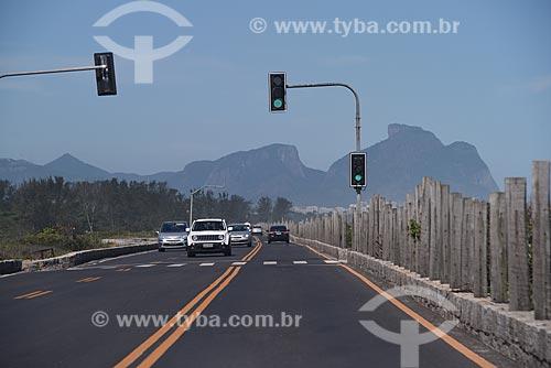 Tráfego na Avenida Estado da Guanabara com a Pedra da Gávea ao fundo  - Rio de Janeiro - Rio de Janeiro (RJ) - Brasil