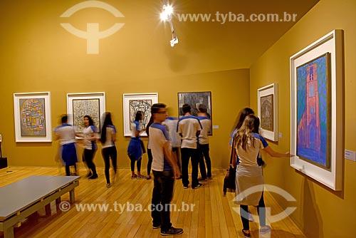 Alunos observando a exposição de Piet Mondrian no Centro Cultural Banco do Brasil  - Rio de Janeiro - Rio de Janeiro (RJ) - Brasil
