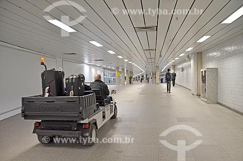 Carrinho elétrico carregando bagagens no Aeroporto Internacional Antônio Carlos Jobim  - Rio de Janeiro - Rio de Janeiro (RJ) - Brasil