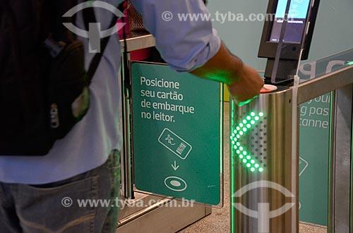 Detalhe de catraca para a acesso à área de embarque - novo método de embarque - no Aeroporto Internacional Antônio Carlos Jobim  - Rio de Janeiro - Rio de Janeiro (RJ) - Brasil