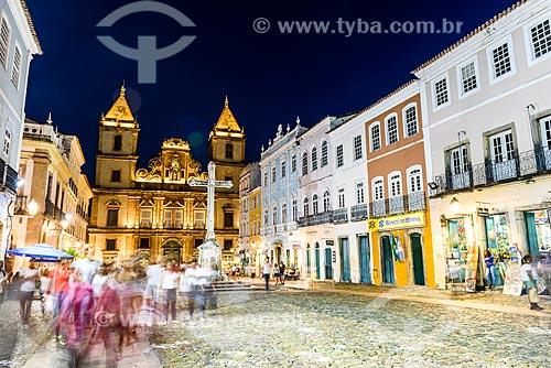 Movimentação das pessoas no Largo do Cruzeiro de São Francisco com a Convento e Igreja de São Francisco (Século XVIII) ao fundo  - Salvador - Bahia (BA) - Brasil