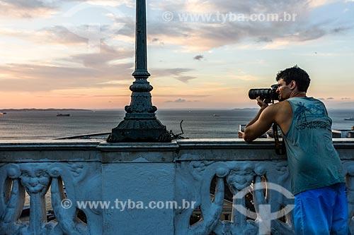 Fotógrafo no Elevador Lacerda durante o pôr do sol  - Salvador - Bahia (BA) - Brasil