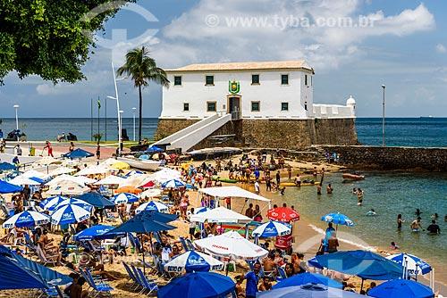Banhistas na Praia do Porto da Barra com o Forte de Santa Maria (1696) ao fundo  - Salvador - Bahia (BA) - Brasil