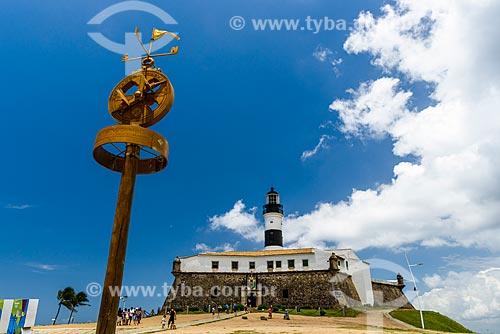 Bússola com o Forte de Santo Antônio da Barra (1702) ao fundo  - Salvador - Bahia (BA) - Brasil