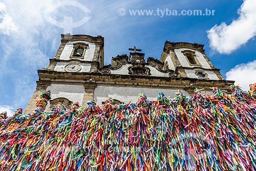 Detalhe da Igreja de Nosso Senhor do Bonfim (1754) com fitinhas coloridas nas grades  - Salvador - Bahia (BA) - Brasil