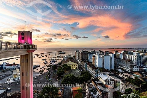 Pôr do sol no Elevador Lacerda (1873) com iluminação especial - rosa - devido à campanha Outubro Rosa  - Salvador - Bahia (BA) - Brasil