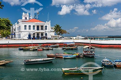 Barcos ancorados na Baía de Todos os Santos com a antiga Escola de Aprendizes de Marinheiro no Segundo Distrito Naval ao fundo  - Salvador - Bahia (BA) - Brasil