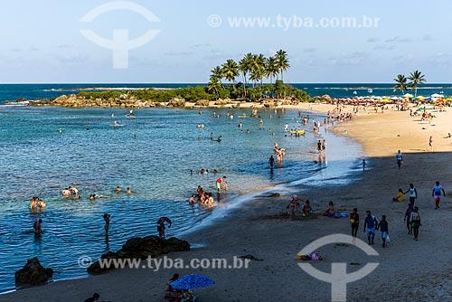 Banhistas na 2ª Praia com a Ilha da Saudade ao fundo  - Cairu - Bahia (BA) - Brasil