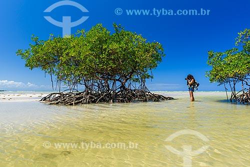 Fotógrafa no mangue da Praia do Encanto  - Cairu - Bahia (BA) - Brasil