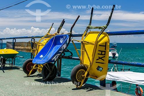 Carrinhos de mão usados como táxi - para carregar as bagagens dos turistas - no Porto de Morro de São Paulo  - Cairu - Bahia (BA) - Brasil