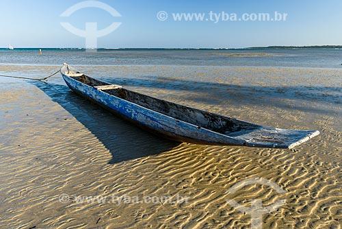 Canoa atracada na Praia de Moreré  - Cairu - Bahia (BA) - Brasil