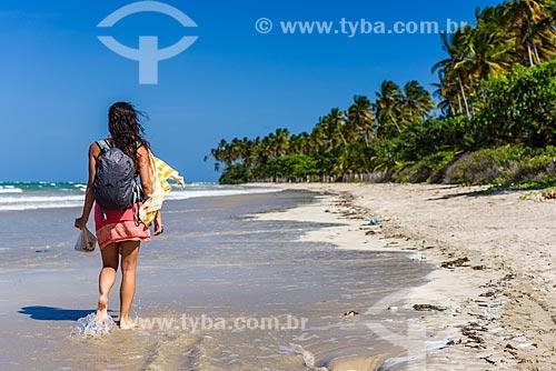 Banhista na orla da Praia de Bainema  - Cairu - Bahia (BA) - Brasil
