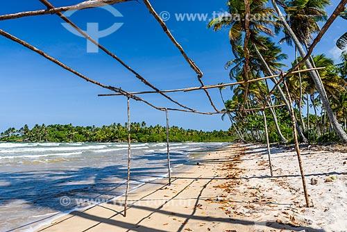 Estrutura feita com galhos na orla da Praia da Cueira  - Cairu - Bahia (BA) - Brasil