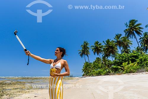 Mulher fotografando na orla da Ponta dos Castelhanos  - Cairu - Bahia (BA) - Brasil