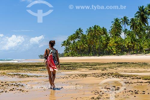 Mulher na orla da Praia da Bombaça  - Maraú - Bahia (BA) - Brasil