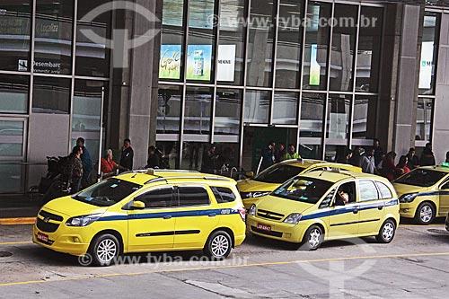 Táxis no setor de desembarque do Aeroporto Internacional do Antônio Carlos Jobim  - Rio de Janeiro - Rio de Janeiro (RJ) - Brasil