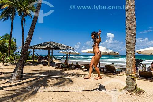 Mulher praticando slackline na Praia de taipús de fora  - Maraú - Bahia (BA) - Brasil