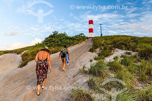 Turistas com o Farol de Taipu ao fundo  - Maraú - Bahia (BA) - Brasil