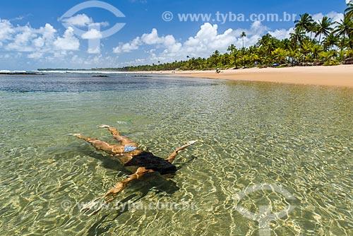 Mulher nas piscinas naturais da Praia de taipús de fora  - Maraú - Bahia (BA) - Brasil