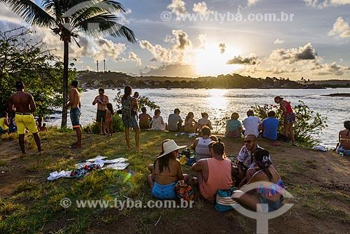 Pessoas observando o pôr do sol na Ponta do Xaréu  - Itacaré - Bahia (BA) - Brasil