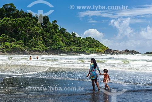 Banhistas na orla da Praia da Engenhoca próximo à foz do Rio Burundanga  - Itacaré - Bahia (BA) - Brasil