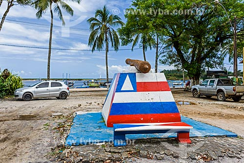 Canhão na orla da cidade de Itacaré com as cores da bandeira do Estado da Bahia  - Itacaré - Bahia (BA) - Brasil