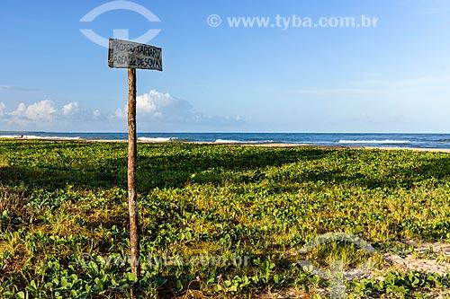 Placa indicando área de desova de tartaruga marinha na orla da Praia do Pontal  - Itacaré - Bahia (BA) - Brasil