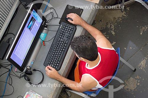 Homem usando o computador na Nave do conhecimento Joelmir Beting  - Rio de Janeiro - Rio de Janeiro (RJ) - Brasil