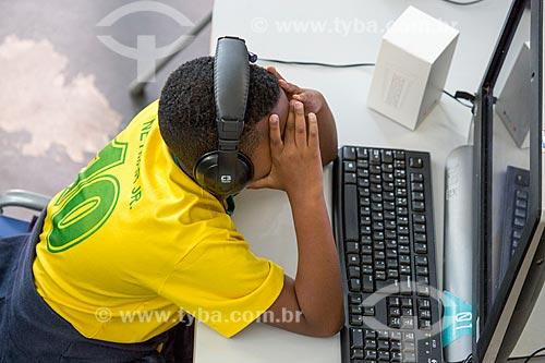 Menino usando o computador na Nave do conhecimento Joelmir Beting  - Rio de Janeiro - Rio de Janeiro (RJ) - Brasil