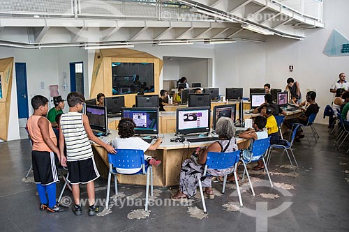 Pessoas usando o computador na Nave do conhecimento Joelmir Beting  - Rio de Janeiro - Rio de Janeiro (RJ) - Brasil
