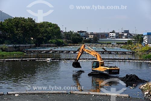 Escavadeira fazendo limpeza na Unidade de Tratamento de Rio - UTR Arroio Fundo  - Rio de Janeiro - Rio de Janeiro (RJ) - Brasil