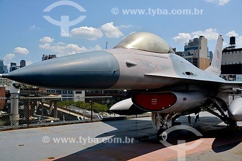 Avião - General Dynamics F-16 Fighting Falcon no porta-aviões da Segunda Guerra Mundial USS Intrepid - Museu Intrepid (1982)  - Cidade de Nova Iorque - Nova Iorque - Estados Unidos